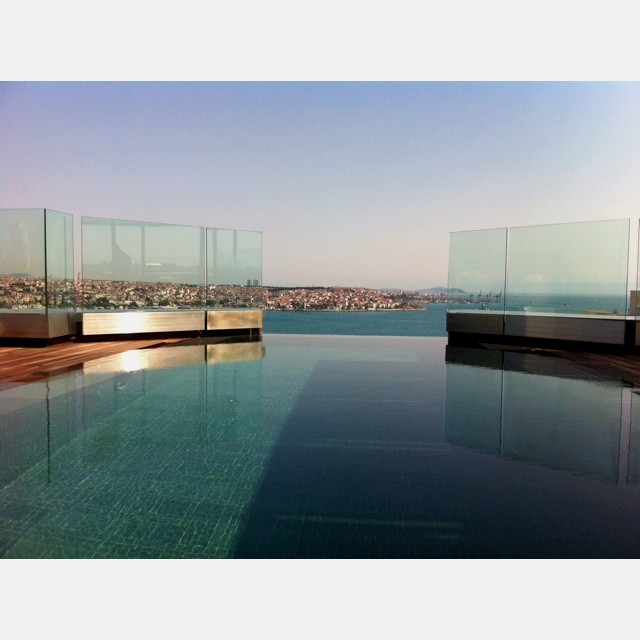 İnfinity pool view with bosphorus at Swissotel Living