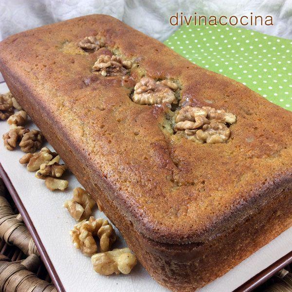 Este bizcocho de plátanos y nueces puede servirse caliente, templado o ligeramente tostado, con mantequilla derretida o un hilo de miel.
