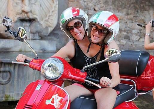 Abigail et Brittany Hensel entrain de conduire photo