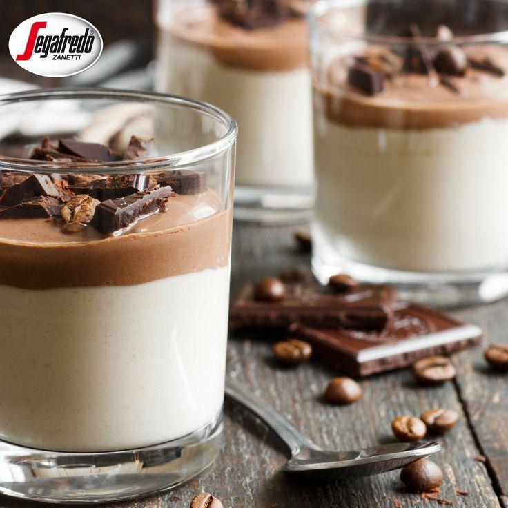 Pomysł na deser na bazie kawy? Panna cotta! Do tradycyjnej masy na bazie śmietany przygotowujemy gęsty krem na bazie espresso, a wierzch deseru posypujemy tarta czekoladą i ziarnami kawy. Pyszne! #segafredo #espresso #coffeetime #coffeedessert #dessert #yummy #pannacotta #italianstyle