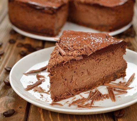 Cheesecake de café e chocolate (Foto: Divulgação / receita de Danubio)  Rendimento 6 pessoas Tempo de preparo 40 minutos (sem contar as horas de congelador)  Ingredientes 2 pacotes de biscoito de chocolate com recheio de baunilha 300 g de cream cheese 1 lata ou caixinha de leite condensado (395 g) 1/4 de xícara (chá) de café coado (60 ml) 2/3 de xícara (chá) de xarope ou calda de chocolate (120 g) 1 lata de creme de leite sem o soro raspas de chocolate para decorar RECOMENDADO PARA VOCÊ…