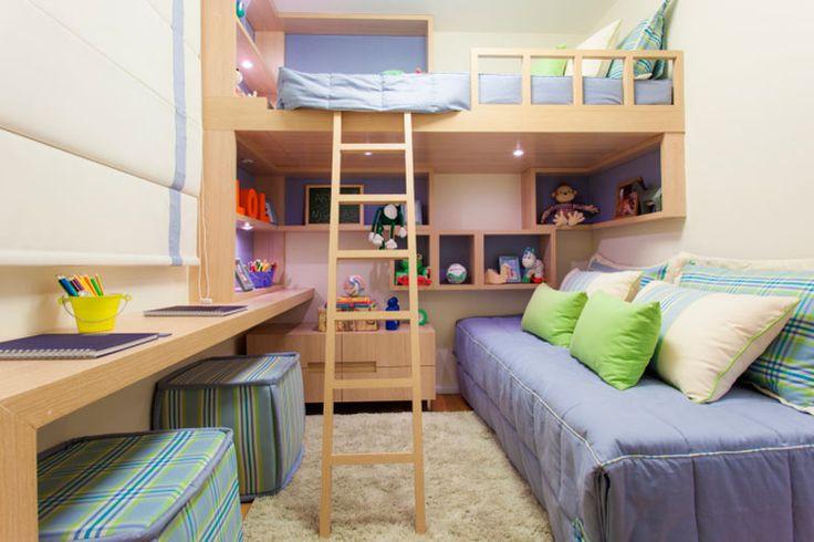 O quarto deste apartamento foi projetado pelos arquitetos Débora Dalanezi e Marcello Sesso para atender dois irmãos gêmeos de 8 anos. A marcenaria foi planejada em nichos que se encaixam e brincam com diversas dimensões. O design disfarça o limite do quarto e dá leveza à cama elevada.