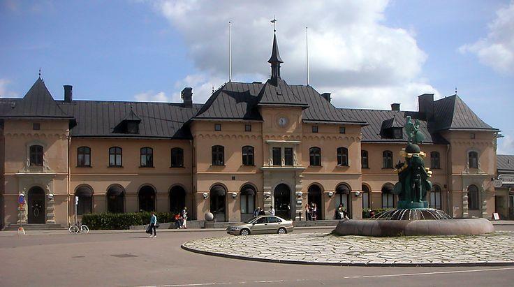 """Hitta lediga bostadsrätter i Uppsala här: https://www.bostadsdeal.se/uppsalalaen/uppsala  Söker du bostadsrätt i Uppsala, får du en samlad överblick på denna lista. Klicka på knappen """"Läs mer"""" vid den enskilda annonsen för att få ytterligare information. Söker du andra typer av bostäder i Uppsala än bostadsrätter, så använd sökfunktionen i vänster sida."""