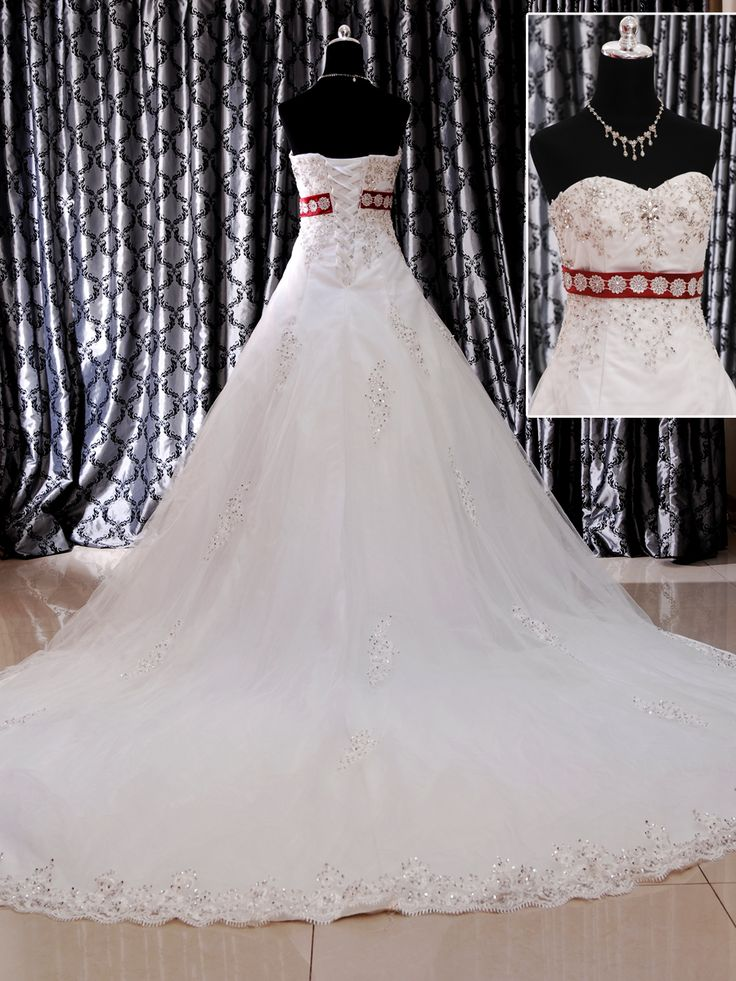 Wedding Gown Ballgown Ekor 153-7787 Wedding Gown Ballgown ekor dengan kombinasi warnah merah dan dihiasi oleh mote, kristal serta brukat. Menambah uniknya gaun ini dengan ukuran M serta belakang tali tali Harga Rp 6.500.000.
