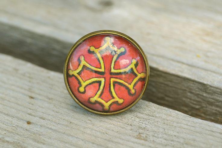 Bague bronze avec le dessin d'une Croix Occitane. Bijou illustré par Mathieu Larno. #occitanie #languedoc #bague #cabochon #bijoux