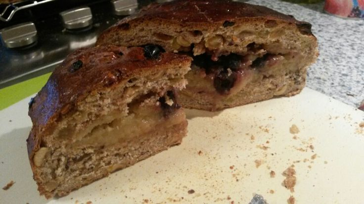 Krenten, rozijnenbrood met hazelnoten en een vulling van spijs aangemaakt met banketbakkersroom kaneel en amarene kersen.