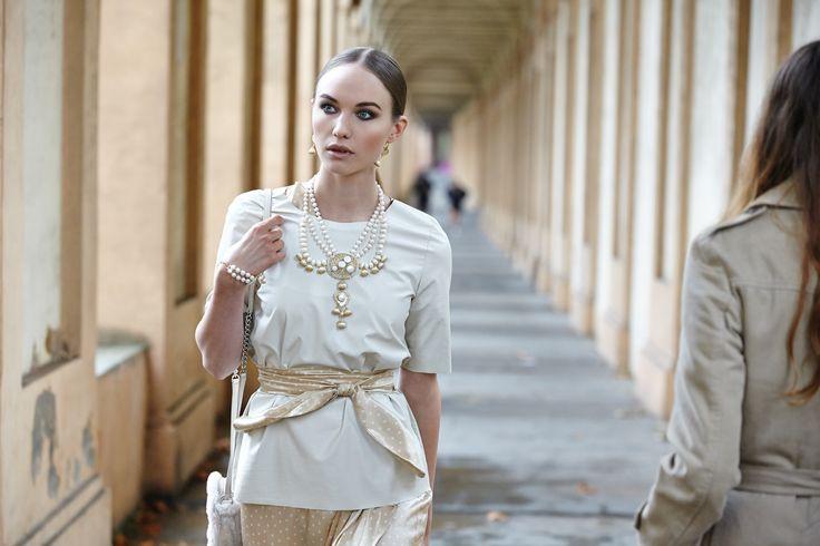info@elitebijoux.it parure in argento placcato oro  con perle naturali parure in gold-plated silver  with natural pearls  abito: blumarine, maglietta: dou dou, borsa: ugg