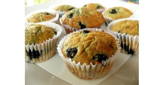 El secreto de estos muffins está en el yogurt y el jugo de limón. Son una opción saludable para el desayuno o la merienda.