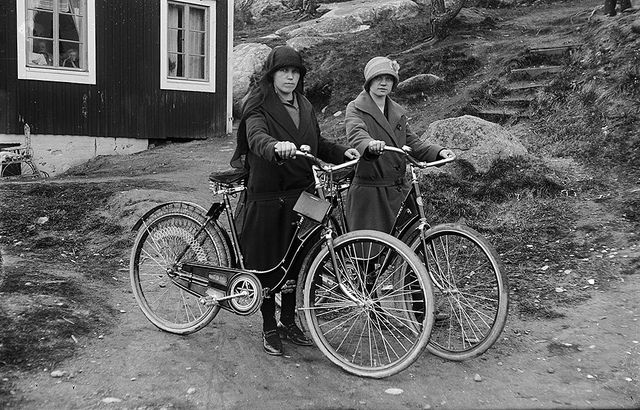 Pyöräilemään lähdössä Paaskunnanmäellä 1932. Turun Museokeskus