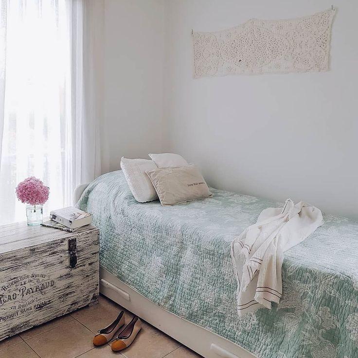 """Año Nuevo """"cuadro"""" nuevo  Ayer ordenando algunas cosas encontré este camino de crochet divino con muuuchos años nuevos encima  y me divirtió colgarlo en la pared. No sé si será por mucho tiempo pero me gustó: fresco romántico bohemio #muyverano  Alguien más dando vuelta algun rincón sumando algún detalle?! (Vale también la casa o depto alquilado por vacaciones!) . . . #rinconesVP #homesweethome #chezmoi #bedroom #deco #theartofslowliving #inspiracion #inspiringlittlethings #vintagelove…"""