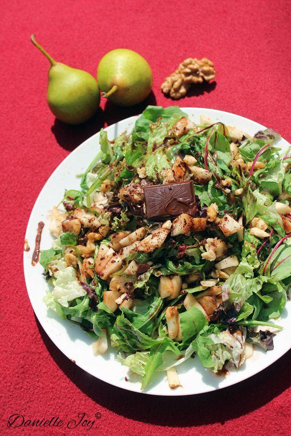 Vegan Month of Food is begonnen! Die feestelijke gelegenheid moet gevierd worden met deze heerlijke Rucola-Peer Salade met Chocolade Vinaigrette. Salades zijn een geweldige keuze, vooral tijdens de...