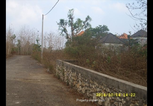 land at comlpex villa Close to Jimbaran Beach Land for Villa close to Jimbaran Beach Land Size    : 9, 97 acre (997m2) Front width : 22 meters Road Width : 8 meters Facing         : South Certificates   : Freehold (SHM) Water         : Water PAM Electricity    : Available Land for Villa close to Jimbaran Beach Suitable for elite homestay or villa ± 5 minutes to Hotel Ayana / Rock BAR Selling Price IDR. 660.000.000,/are/100m2.
