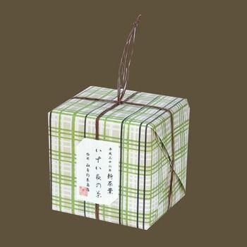 こちらは「八十八夜の茶」 「茶ひと揃え」と同じく紐で縛られた小ぶりなパッケージ。 包装紙の柄も色も可愛くてこちらもちょっとしたプレゼントにオススメです♪