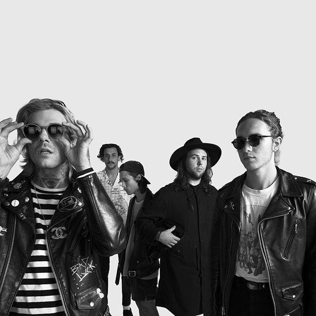 """Mira videos y escucha gratis a The Neighbourhood. The Neighbourhood es una banda de Indie Pop/Rock formada en California, Estados Unidos en Agosto, 2011. La banda esta conformada por Jesse Rutherford (Vocalista), Jeremy Freedman (Guitarra),Zach Abels (Guitarra), Mikey Margott (Bajo), y Bryan Sammis (Bateria). La banda se daría a conocer al lanzar su primer Ep titulado """"I'm Sorry..."""" en el 2012, el Ep contendría 5 temas donde la banda propone un ritmo fresco co..."""