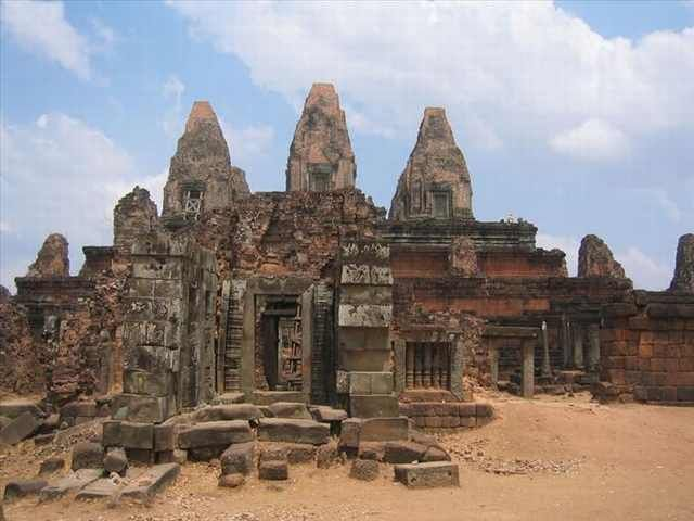 Pre Rup was originally built as the state temple of Khmer king Rajendravarman. It was dedicated in 961 or 962 and was built entirely of brick, laterite and sandstone.