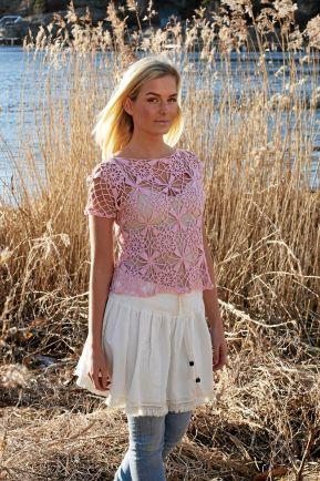 BLOMMIGT. Det rosa linnet med blommor i rutor går snabbt att virka. Rutorna virkas ihop allt eftersom och förses till sist med en ärm. Foto: Ulla Alderin, Svarta Fåret.
