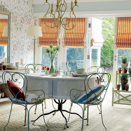 Популярные ныне римские шторы станут достойным украшением интерьера и отлично выполнят свое прямое функциональное назначение. Хотите сделать их своими руками? Мы вам в этом поможем!