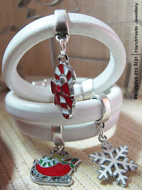 Christmas charm leather bracelets by FtiagmenoStoXeri on Etsy, €16.00