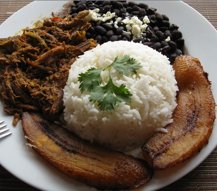 Pabellón criollo! plato nacional de #Venezuela Carne mechada Arroz blanco Plátano macho frito Frijoles negros (caraotas) con queso #feriadelachinitaBcn