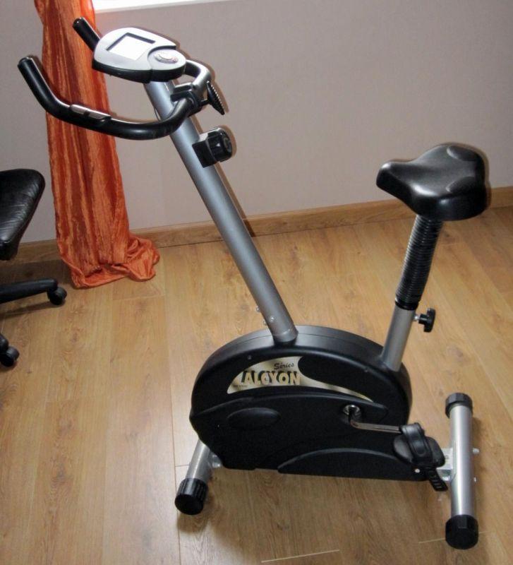 Bonjour, je vous propose un vélo d'appartement pour muscler vos jambes, perdre un peu de poids ;) et surtout garder la forme.Son utilisation est simple, une molette règle l'intensité de l'effort et tout est inscrit sur l'écran en face de vous : calories, vitesse, distance, cardio.Assise réglable en hauteur. Sangle de maintient du pied sur la pédale.N'hésitez plus ! Satisfaction garantie.