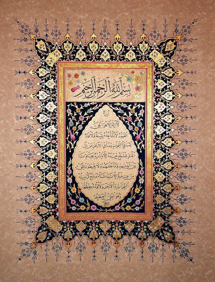 Hat ve Tezhib; Âyetel-Kursî denilen Bakara Sûresi'nin 255. Âyet-i Kerîme'si meşk edilmiş..{Allah, Kendisi'nden başka hiçbir ilâh(tanrı) olmayandır. O, Hayy(ezelî ve ebedî hayat ile bizâtihî diri) ve Kayyum(zât ve kemâl sıfatlarıyla yarattıklarının bütün işlerinde hâkim ve kâimdir, her şey O'nunla kâim)dir. O'nu ne bir uyuklama(dalgınlık) ne de bir uyku tutabilir. Göklerde ve yerde ne varsa hepsi O'nundur. O'nun izni olmadıkça katında kim şefaat edebilir? O, bütün varlıkların önlerindeki ve…