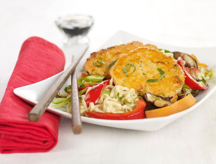To verdensdeler på én tallerken! Tradisjonsrik norsk laks kombinert med asiatisk wok blir en nydelig middagsrett.