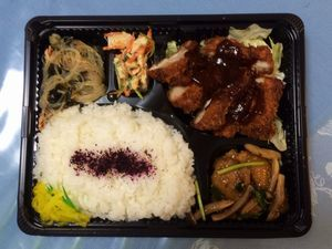 平成26年8月4日(月)ランチメニュー:チキンカツ/豚肉ゴマ生姜焼き/鶏と三つ葉ワサビマヨ/春雨酢の物