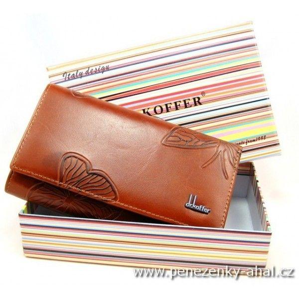 Peněženka kožená dámská má 2 velké kapsy na bankovky, spousta kapes na kreditní a jiné karty, oddělený mincovník od bankovek, velmi jakostní kůže a vrcholově kvalitní zpracování. Super kvalita za přiměřenou cenu! Rozměr: 8,5 cm x 14,5 cm 1x oddělený mincovník na zip 1x oddělený mincovník uzavíratelný 1x velká kapsa na bankovky 13x kapsa na kartu 1x průhledná kapsa