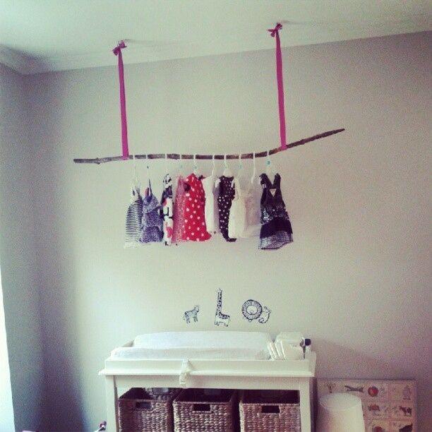 Hänge Kleidungsstücke behelfsmäßig an einen Zweig, wenn gerade kein Schrank verfügbar ist. | 41 schlaue Ideen, wie Du die Zimmer Deiner Kinder toll organisieren kannst