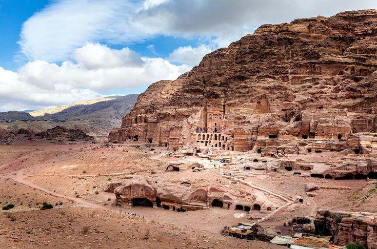 Petra, la capital del antiguo reino nabateo, es uno de los yacimientos arqueológicos más sobrecogedores del mundo. Aquí, el puzzle de tumbas, templos y cuevas, aunque parezcan obra de la erosión, tienen origen humano, pues la ciudad se talló en montañas de arenisca.    Ciudad arqueológica de Petra [Jordania]