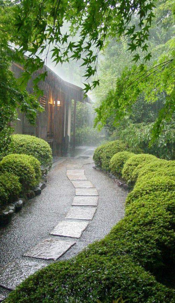 une belle maison japonaise dans le bois