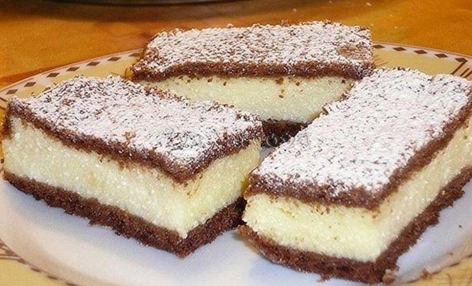 400 ghladké mouky 4 lžícekakaa 250 gmásla 160 gmoučkového cukru 2 ksžloutky 2-6 lžicmléka 4 lžičkykypřícího prášku Náplň: 1 kgjemného tvarohu 6 ksžloutků 6 ksbílků 120 gmoučkového cukru 200 gkrupicového cukru 4 bal.vanilkové cukru 2 bal.zlatý klas/vanilkový pudink 2 lžícelimetkové šťávy 60 gmásla