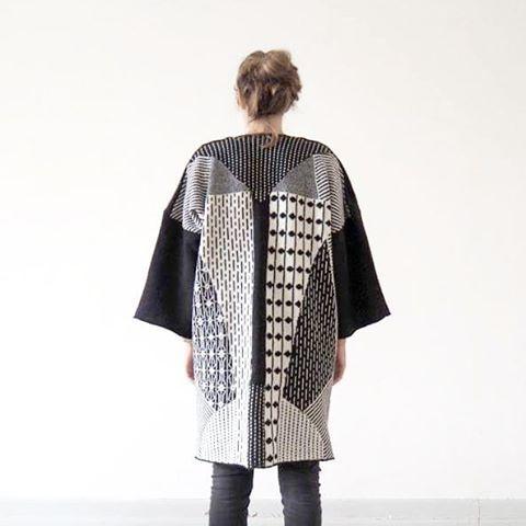 LIV ANDERSSON + BLOMMIGA GREDELINA har tillsammans tagit fram en maskinstickad unisexkimono i ull. Tillverkad i Klagshamn. Läs mer om deras samarbete här: http://www.dennyakartan.se/Liv-Andersson-Blommiga-Gredelina Handla kimono här: http://dennyakartan.tictail.com/product/ukk #dennyakartan #fdc_dennyakartan