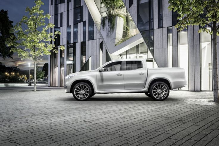 Mercedes-Benz prezentuje klasę X. Ten pick-up – przypominający nieco klasyczne półciężarówki z USA – choć został zaprojektowany przez niemieckich inżynierów, korzysta z rozwiązań stosowanych w Nissanie Navarze. Nie dobiega przez to od wyglądu tego typu samochodów. Marcedes nadał mu jedynie nieco bardziej elegancki styl. Czy ten model przyjmie się w segmencie, do którego pretenduje? Czas pokaże! #mercedes #benz #pickup #motoryzacja ##mercedes ##benz