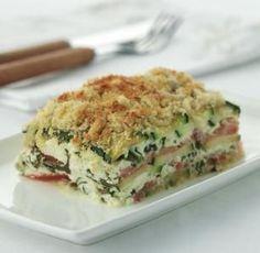 Knapperige ovenschotel met spinazie, geitenkaas en courgette. Verwarm de oven voor op 180 °C. Was en droog de spinazie en hak de blaadjes in grove stukken. S..