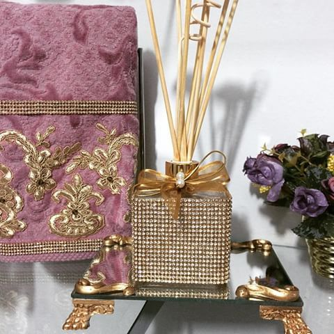 Lindo difusor de varetas com bandeja de espelho. Um luxo 😍😍😍#Difusor #DifusorDeVaretas #BandejaEspelhada #bandeja #espelho #varetas #varetasDeRosas #toalha #toalhabordada