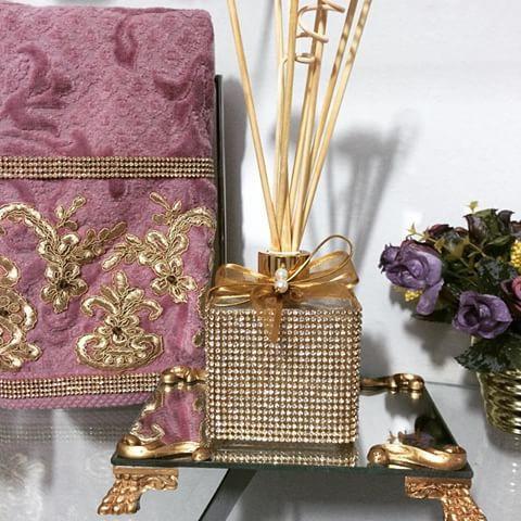 Lindo difusor de varetas com bandeja de espelho. Um luxo #Difusor #DifusorDeVaretas #BandejaEspelhada #bandeja #espelho #varetas #varetasDeRosas #toalha #toalhabordada