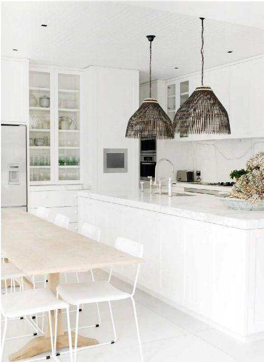 Stoere witte keuken met landelijk accent: kijk voor oude eettafels en grote brocante vitrinekasten (oud of op maat gemaakt) bij www.old-basics.nl