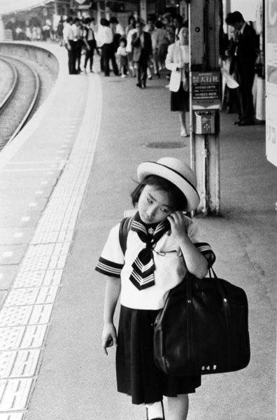girl on a station platform, tokyo |  1986 | foto: roger mayne