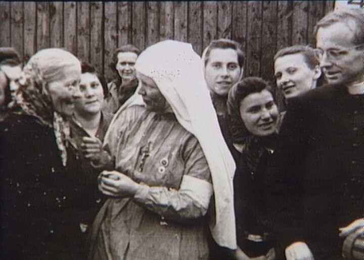Bernadotte-aktionen. Katolsk præst og sygeplejerske taler med kvinder fra koncentrationslejren Ravensbrück i Padborg før afrejsen til Sverige i april-maj 1945  Tidsperiode og årstal Datering:Mellem April 1945 og Maj 1945 - See more at: http://samlinger.natmus.dk/FHM/25103#sthash.Hr1SRURZ.dpuf