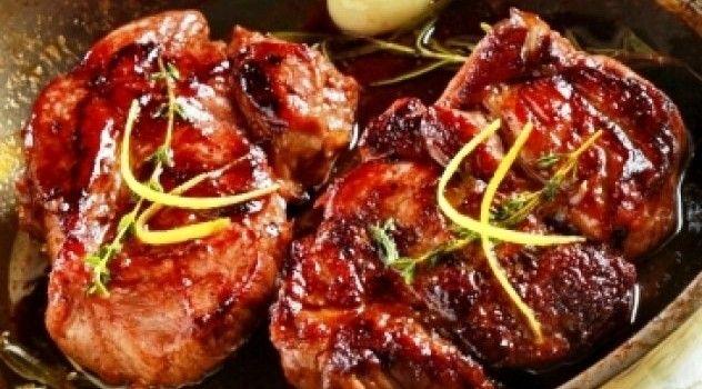 Χοιρινή μπριζόλα λαιμού με δενδρολίβανο, λεμόνι, ξίδι μπαλσάμικο και μέλι