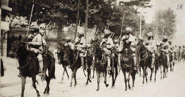 Tropas de cavalaria indiana vindas de colônias britânicas marcham na França durante a Primeira Guerra Mundial.  Fotos - UOL Notícias.