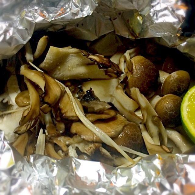 久しぶりにキノコたちをホイルでバター焼きにしました。 すだちポン酢で召し上がれ。 - 151件のもぐもぐ - 舞茸、しめじ、エノキのホイルバター焼き by mottomotto