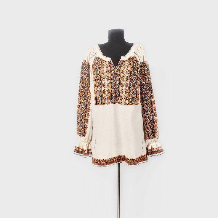 Romanian blouse from Muscel   Ie de Muscel, bogat brodată și decorată cu paiete, mijlocul sec. XX. Piesa este o interpretare modernă de vestimentaţie feminină - bluză/ie, obţinută prin transferul broderiei tradiţionale de la o ie de Muscel. Au fost păstrate croiul şi decorul tradiţionale ale iei cu mânecile amplu brodate (altiţă şi trei râuri unite cu elemente individuale de broderie) sunt strânse pentru a forma un volan, piepţii şi spatele.