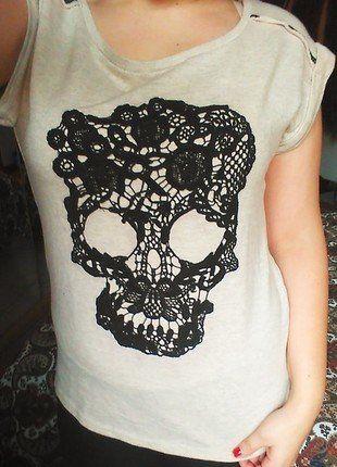 À vendre sur #vintedfrance ! http://www.vinted.fr/mode-femmes/hauts-and-t-shirts-t-shirts/26063273-t-shirt-beige-tete-de-mort-dentelle