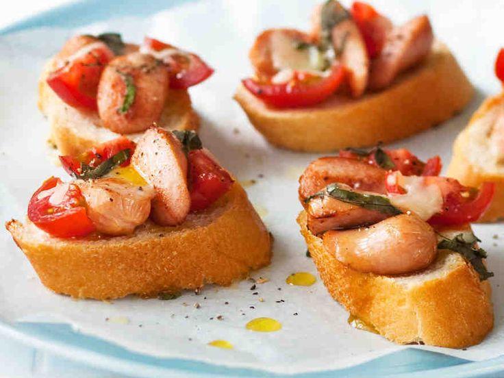 Nakkibruschettat valmistuvat nopeasti ja ovat helppoja naposteltavia. http://www.yhteishyva.fi/ruoka-ja-reseptit/reseptit/nakkibruschettat/013867