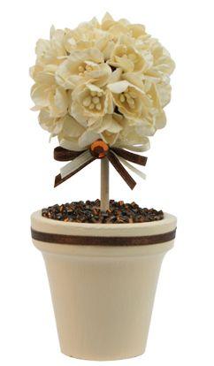 Recuerdo para boda color beige. Maceta con flores y chaquira.