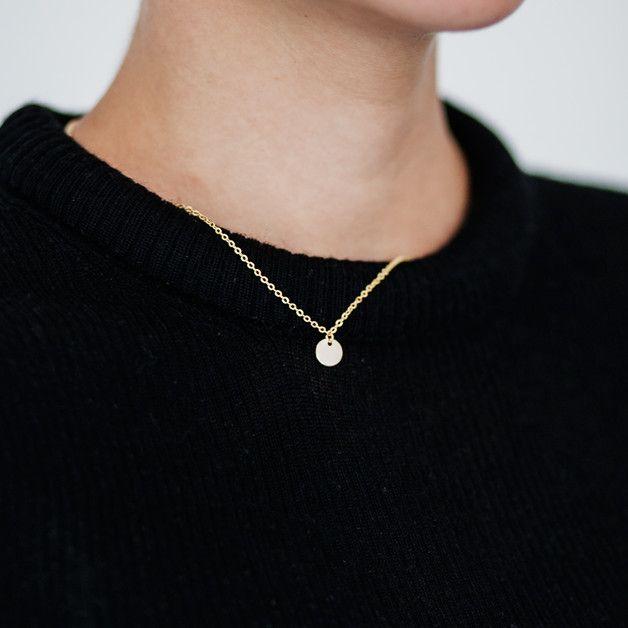 Prosty i minimalistyczny naszyjnik z zawieszką - małą płytką, na złotym łańcuszku 14k gold plated.  Krótki. Długość naszyjnika ok.43 cm.