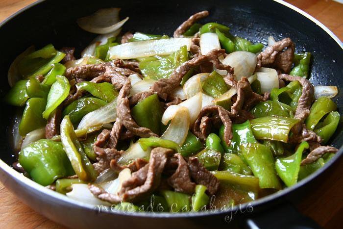 Ternera frita con pimientos verdes (cocina china) - Mercado Calabajío
