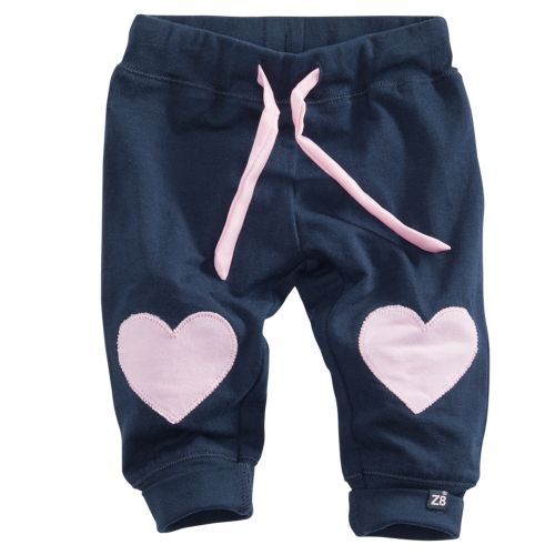 Donkerblauw tricot broekje (model Chinchilla) met roze hart-applicaties en tunnelkoord in de taille van 'Newborn' Z8.